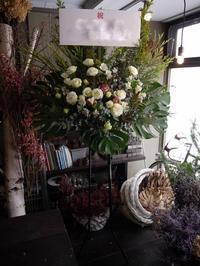 大学の法研究会の模擬裁判にスタンド花。「落ち着いた感じ」。かでる2.7にお届け。2018/12/14。 - 札幌 花屋 meLL flowers