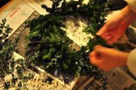 クリスマースリース作り・モミの木・かすみ草・ユーカリ味わいを増していくもの達 - 時を刻む革小物 Many CHOICE~ 使い手と共に生きるタンニン鞣しの革
