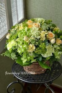 退職祝いに贈るグリーンmixフラワーアレンジメント。 - 花色~あなたの好きなお花屋さんになりたい~