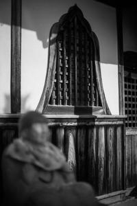 鐘型の窓を持つ千躰地蔵堂 - Silver Oblivion