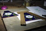 椿のランプ2面目組み終える - ステンドグラスルーチェの日常