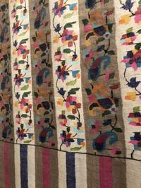 カニ織りとゾズニ刺繍が美しいストールに目が釘付けでした。 - 手染めと糸のワークショップ