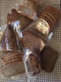 ライ麦パンがたくさん届いた - ミニチュアブルテリア ダージと一緒3