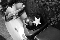 人待ち顔の星付きヘルメット - 金色の麒麟が眺める世界