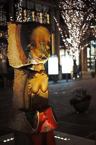 お洒落な夜道に浮かぶプリミティヴな石像 - 金色の麒麟が眺める世界