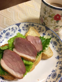 スモーク鴨ロース(焑熏鴨胸肉)のオープンサンド - 桃的美しき日々