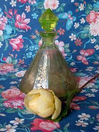 ウラン・ガラスの香水瓶 -  Der Liebling ~蚤の市フリークの雑貨手帖2冊目~