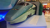山形駅のオブジェ - 新幹線の写真