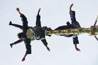 天空に向かって!・・・お見事!梯子乗りの妙技 - 『私のデジタル写真眼』