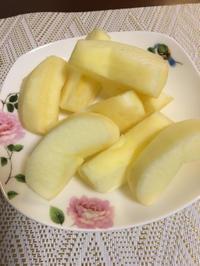 ポーセラーツ2作目の角丸皿に林檎をのせてみた♡ - 桃的美しき日々