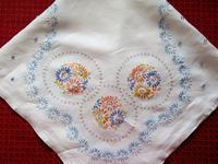 連続花模様の刺繍のテーブル・クロス -  Der Liebling ~蚤の市フリークの雑貨手帖2冊目~