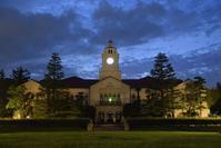 関西学院西宮上ヶ原キャンパス - ブルーアワーの街の情景