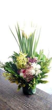 御命日にアレンジメント。「白基調にピンク等」。名寄市大通南に発送。2019/01/08着。 - 札幌 花屋 meLL flowers