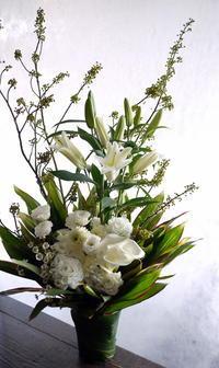 お通夜にアレンジメント。「白~グリーン系」。水車町3丁目の斎場にお届け。2019/01/10。 - 札幌 花屋 meLL flowers