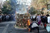 氏子さんが持ち寄るしめ飾りや、破魔矢を焼く「トンド」の習わし(浅草鳥越神社) - 旅プラスの日記