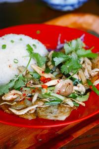 ソムチャイの日替りCは白身魚のソテーキノコ炒め - ちゅらかじとがちまやぁ