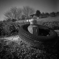 古タイヤをまとった水栓 - Silver Oblivion