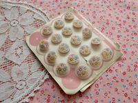 ドラジェ・カラーの花模様のビンテージ・ボタン -  Der Liebling ~蚤の市フリークの雑貨手帖2冊目~