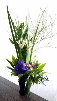 ご自宅での法要にアレンジメント。「白~グリーン~紫」。手稲区前田6条にお届け。2019/01/18。 - 札幌 花屋 meLL flowers