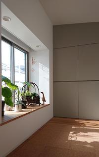 北側の出窓から差し込む光 - kukka  kukka
