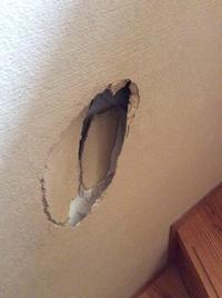 階段の壁に穴をあけてしまった!!! - 現場のことは俺に聞け!~東村山市 相羽建設の現場ブログ~