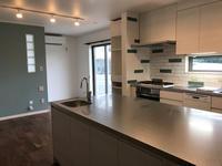 新しい作業場、オーダーキッチンで作業台を広く作ってもらいました。 - 横浜パン教室tocotoco〜ワンランク上のパン作り〜