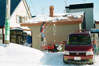 屋根の雪下ろしと落下した氷 - 照片画廊