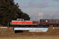 男体山をバックに赤い機関車と黒い機関車- 2019年冬・真岡鐵道 - - ねこの撮った汽車