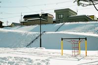 歩けなくなったスロープと雪漕ぎの足跡 - 照片画廊