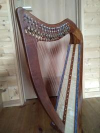 19弦ハープ本体に色付け&金色リーフ - 歌とハープの日々