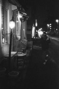 冷たい夜を照らすカフェの街灯 - Film&Gasoline