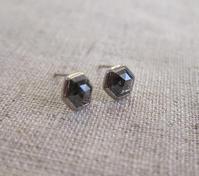 ヘキサゴンナチュラルブラックダイヤモンドK18WGピアス - hiroe  jewelryつくり