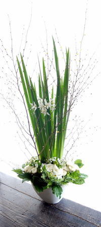 お誕生日の女性へアレンジメント。「白~グリーンで」。宮の森3条にお届け。2019/02/01。 - 札幌 花屋 meLL flowers
