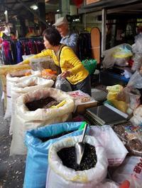 お正月直前の台湾より。買い出しの市場で、みんな試食しすぎてすごい・・・ - メイフェの幸せ&美味しいいっぱい~in 台湾