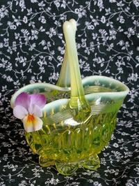 プリムローズ色ウラン・ガラスのバスケット型花器 -  Der Liebling ~蚤の市フリークの雑貨手帖2冊目~