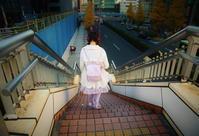 街角スナップ・ 東京新宿 - 階段降りるピンク女子 - 天野主税写遊館