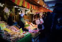 街角スナップ・ 東京上野 - 大晦日の満員電車並の 動くこともままならぬアメ横商店街 - 天野主税写遊館