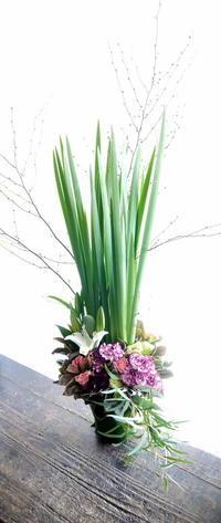 GALLERY 創さんでの個展〈原井 憲二 展「光の壁 -北の肖像-」〉へのアレンジメント。「上品、落ち着いていながら洗練。シック」。2019/02/10。 - 札幌 花屋 meLL flowers