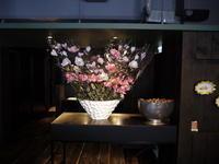 定期的にお取替えしている、イタリアンレストラン「カプリカプリ」さんのアーティフィシャルフラワー(造花)ディスプレイ。2019/02/10。 - 札幌 花屋 meLL flowers