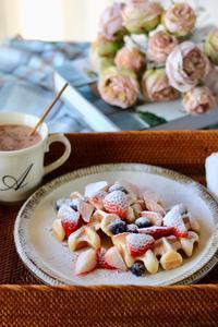 紅白いちごとワッフルの朝食 - ゆきなそう  猫とガーデニングの日記