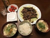 スーパーの焼肉 & コンビニ野菜と豆腐の味噌汁 - よく飲むオバチャン☆本日のメニュー