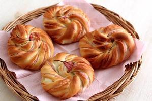 桜とクリームチーズのパン -