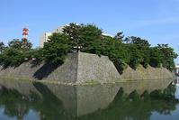 越前松平家の福井城跡を歩く。その1~内堀、石垣~ - 坂の上のサインボード