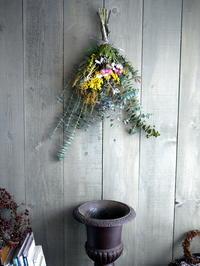 ご結婚記念日に奥様へのスワッグ。南19条にお届け。2019/02/14。 - 札幌 花屋 meLL flowers