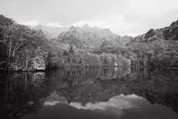 モノクロ風景戸隠鏡池 4 - 光 塗人 の デジタル フォト グラフィック アート (DIGITAL PHOTOGRAPHIC ARTWORKS)