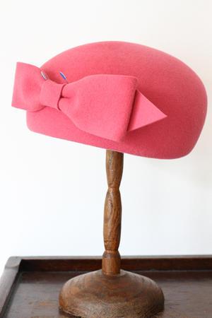 リボンを帽子にセッティングしています - フェルタート(R)・オフフープ(R)立体刺繍作家PieniSieniのブログ