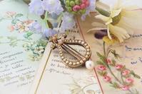 春の装いに上品なブローチ - AntiqueJewellery GoodWill