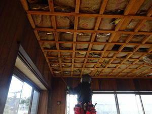 向中野の家フルリフォーム工事解体作業が進行中。 -