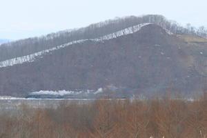 崖の下を白煙が走る- 2019年冬・釧網線 - -