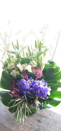 お供えのアレンジメント。北広島市稲穂町3にお届け。2019/02/20。 - 札幌 花屋 meLL flowers